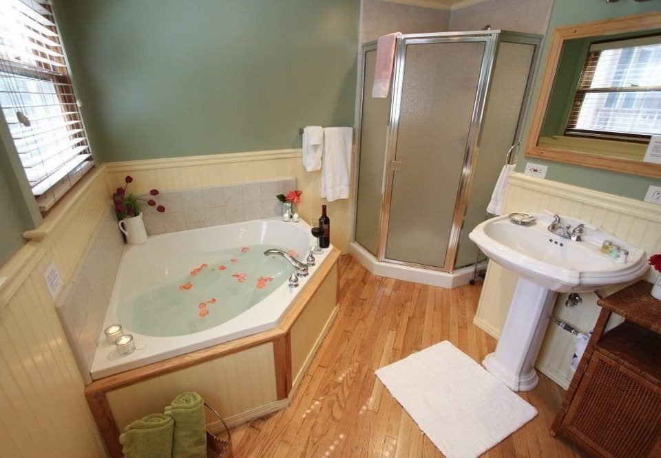 bathroom property toilet sink cottage swimming pool tub Suite bathtub Bath