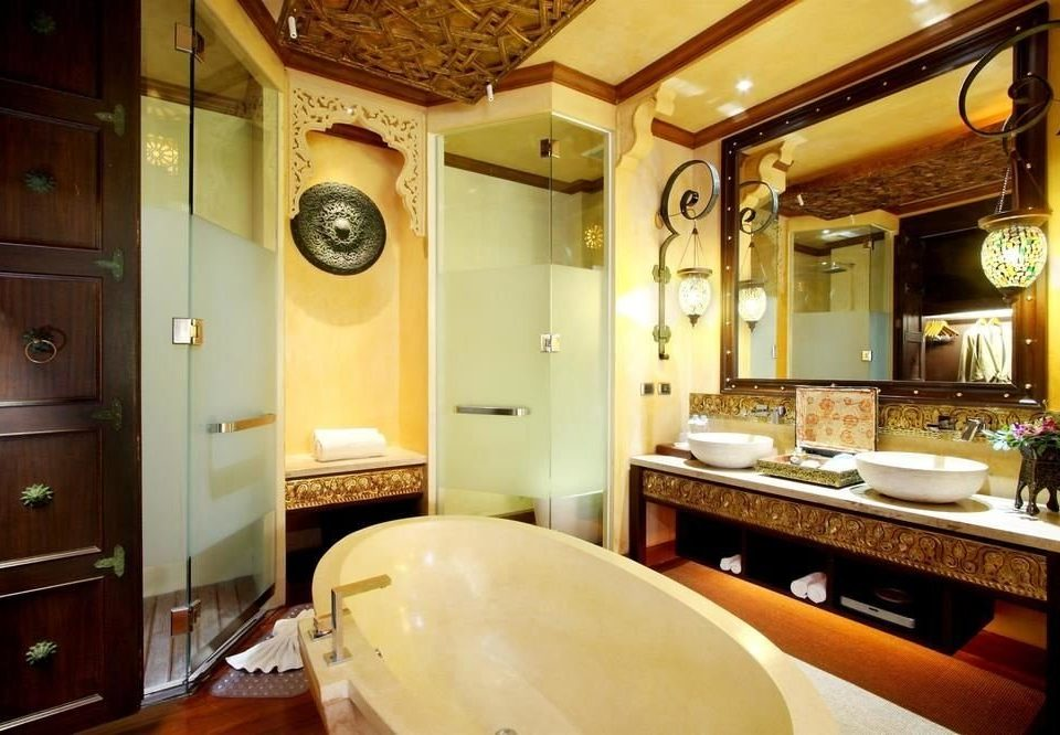 bathroom property sink home Suite cottage mansion tub bathtub Bath