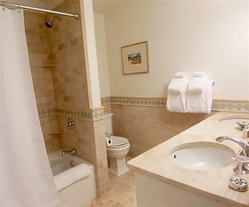 bathroom sink property mirror toilet bathtub swimming pool plumbing fixture Suite bidet jacuzzi tub Bath