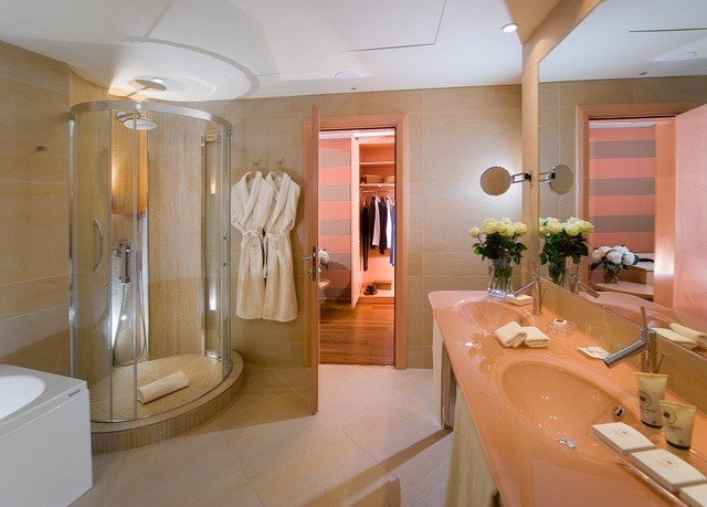 bathroom toilet property tub sink Suite bathtub Bath