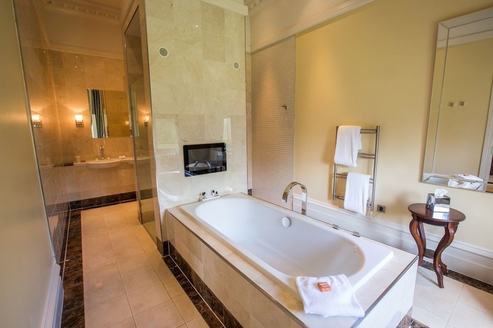 bathroom property mirror house sink Suite home cottage swimming pool tub toilet Bath bathtub tiled