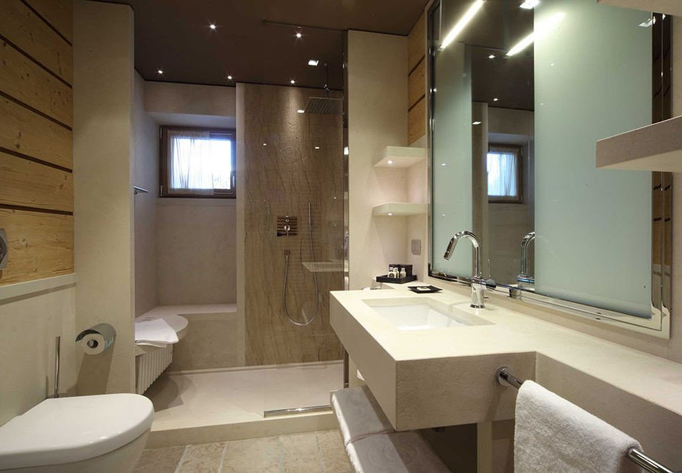bathroom mirror sink property home house tub condominium Suite cottage toilet Bath bathtub clean tan