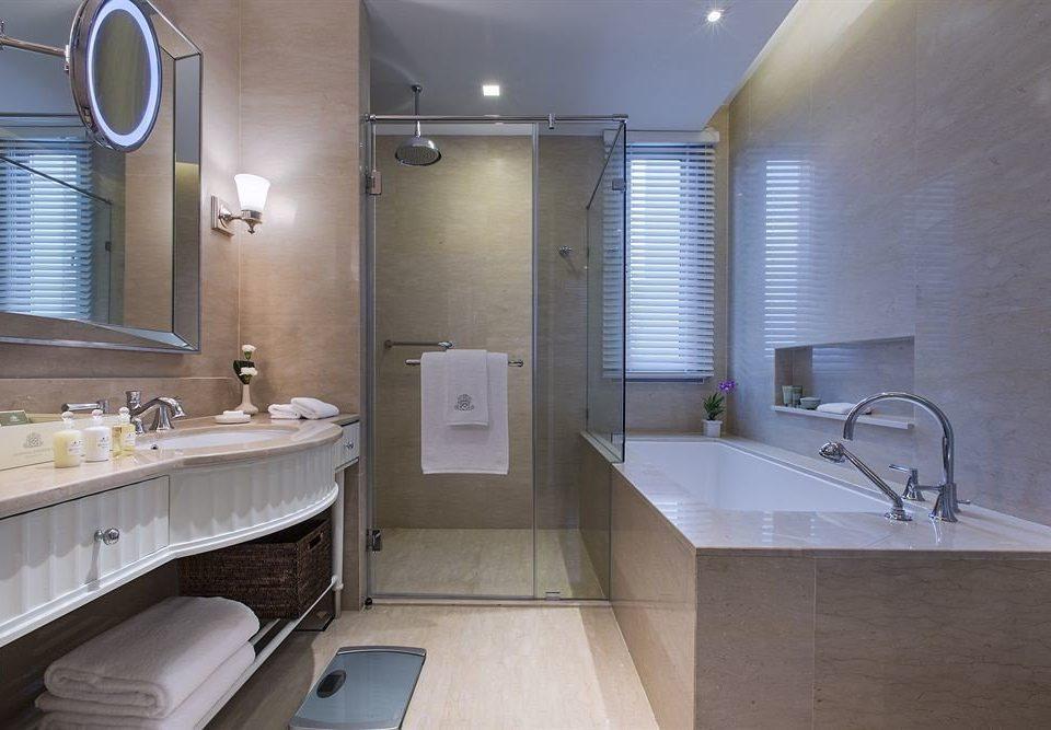 bathroom sink property home Suite toilet cottage tub bathtub tile Bath
