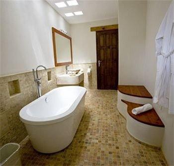 bathroom toilet property tub sink bidet bathtub Suite cottage Bath tiled