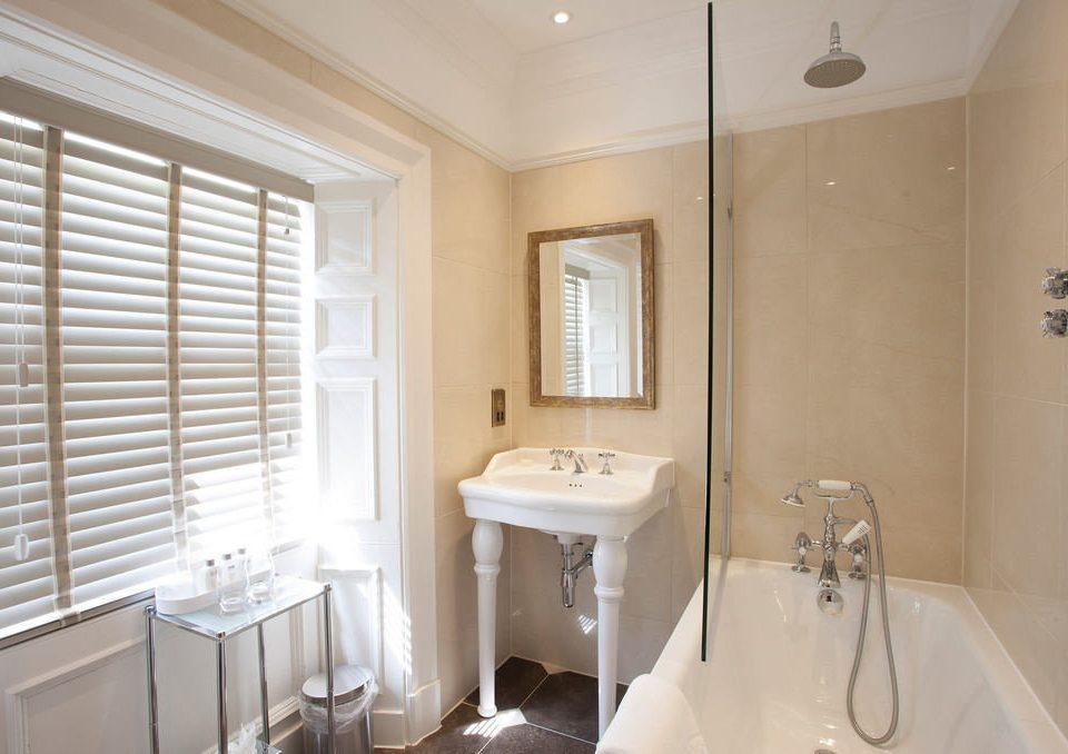 bathroom property sink Suite toilet tub bathtub Bath