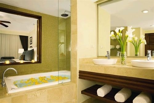bathroom mirror sink property Suite home condominium tub Bath bathtub