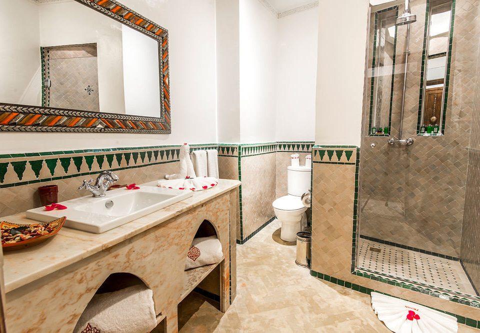 bathroom property home flooring sink Suite cottage tile tub Bath bathtub tiled