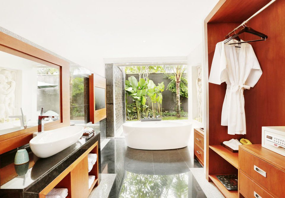 property home house bathroom cottage Suite farmhouse tub Bath bathtub