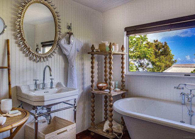 bathroom property home tub cottage living room sink Suite bathtub Bath tile tiled