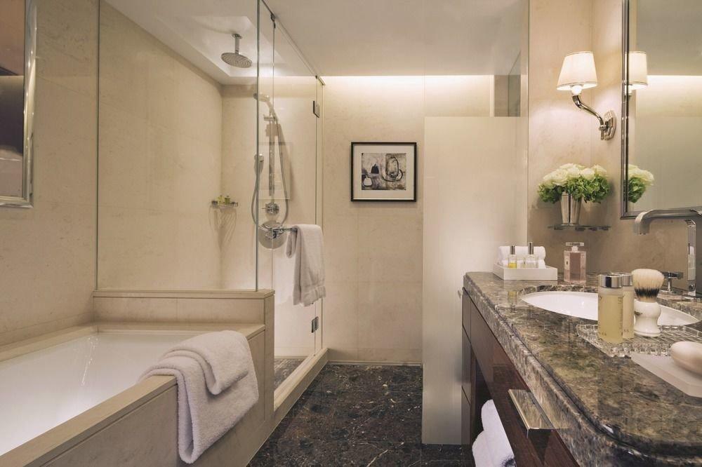 bathroom mirror property sink home Suite cottage Bath tub bathtub