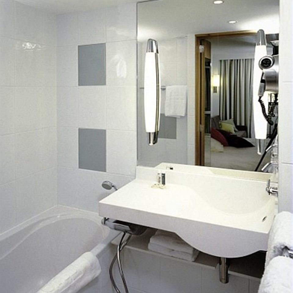 bathroom mirror property sink bathtub plumbing fixture bidet Suite tiled Bath