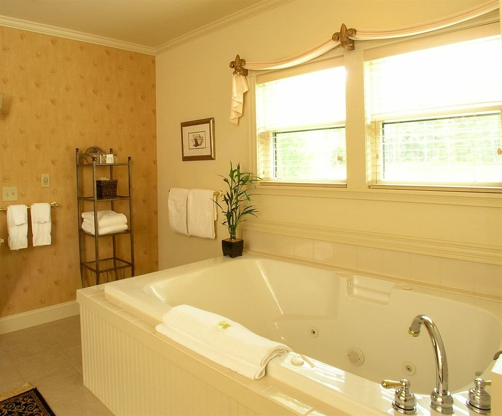 bathroom property sink bathtub swimming pool home Suite cottage toilet tile tub Bath