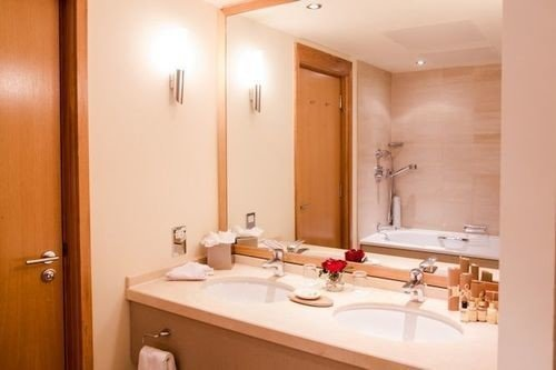 bathroom mirror property sink Suite toilet tub bathtub Bath