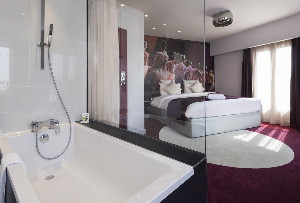 bathroom property toilet sink white Suite swimming pool bathtub flooring jacuzzi clean tub Bath