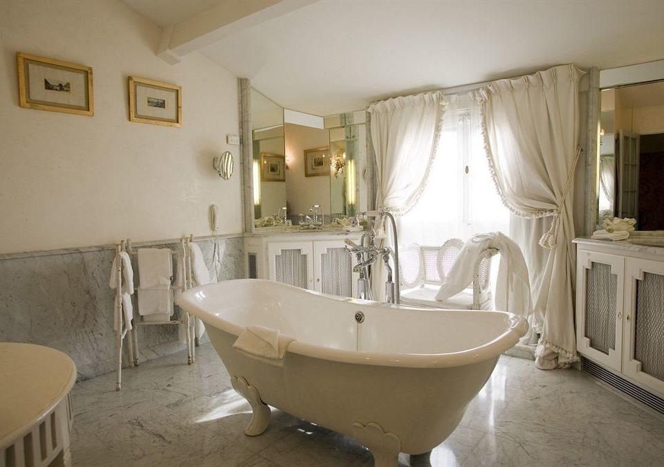 bathroom property bathtub home Suite sink tub cottage Bath tiled