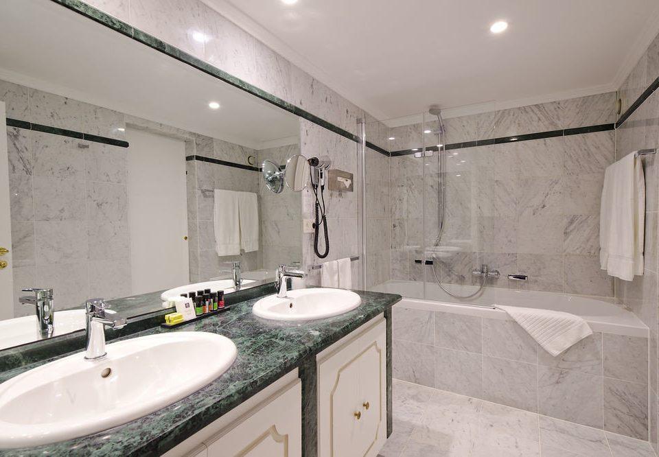 bathroom sink mirror property toilet home counter Suite plumbing fixture tile tub bathtub Bath
