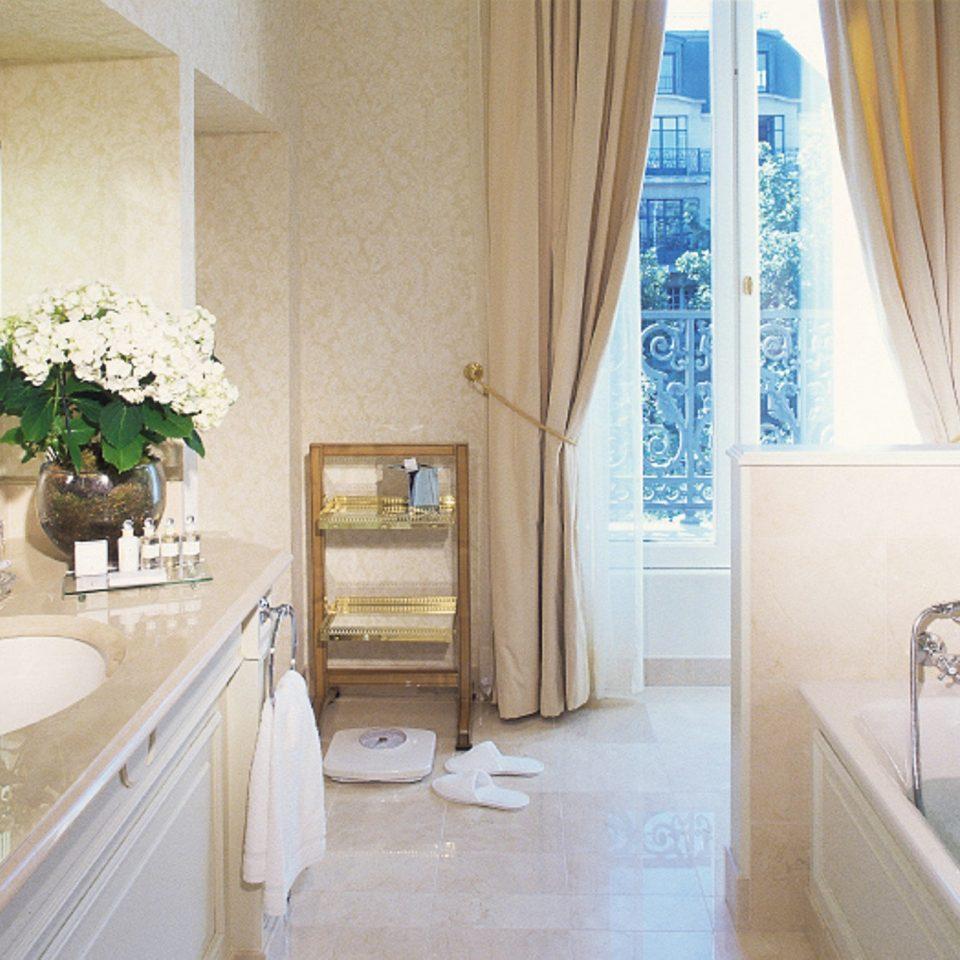 Bath bathroom property home house sink Suite cottage tub toilet bathtub