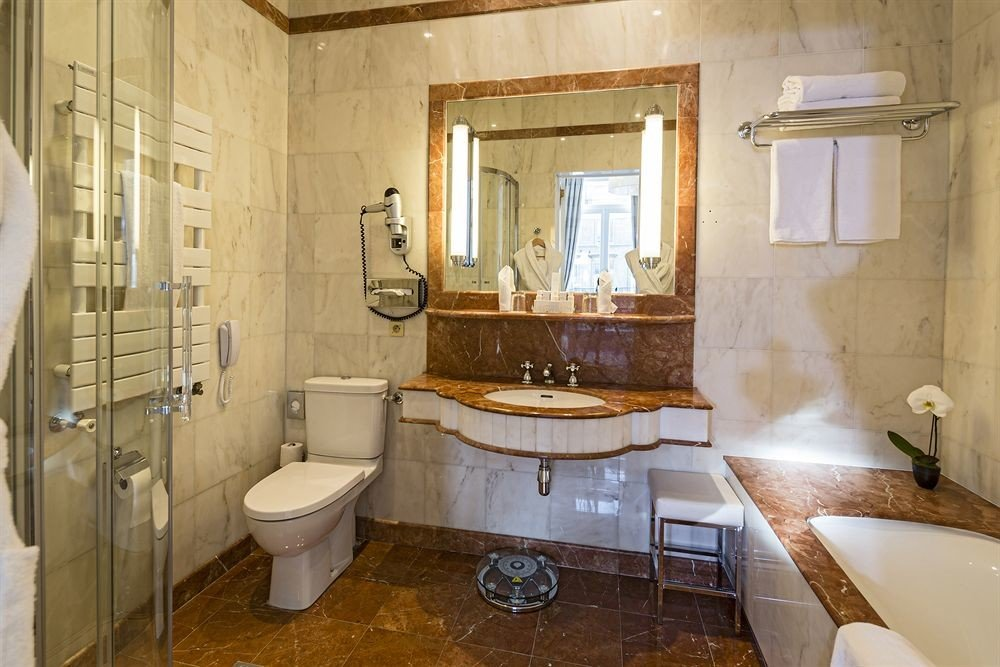 bathroom property toilet sink home Suite cottage mansion tub Bath tan tiled bathtub dirty