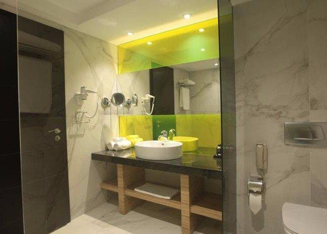bathroom mirror sink property Suite plumbing fixture condominium Bath