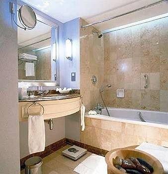bathroom property home sink cottage Suite tub Bath