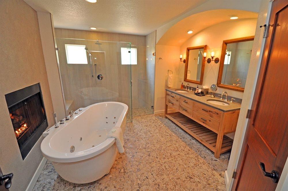 bathroom property home Suite cottage sink tub Bath