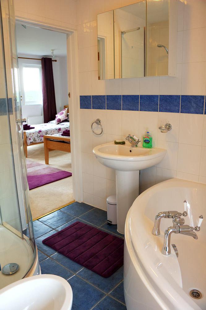 bathroom property sink toilet home Suite cottage painted tiled Bath