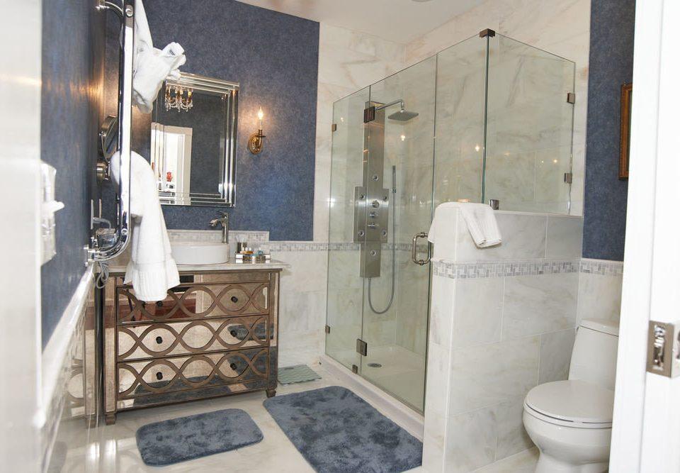 bathroom property toilet plumbing fixture home cottage Suite Bath