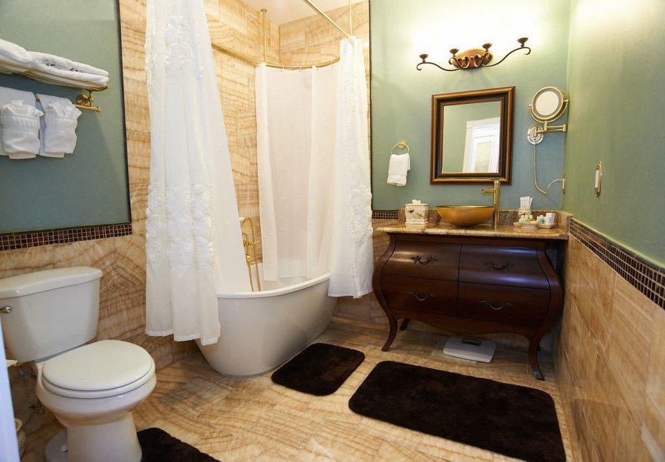 bathroom property toilet home cottage sink Suite tub Bath tan