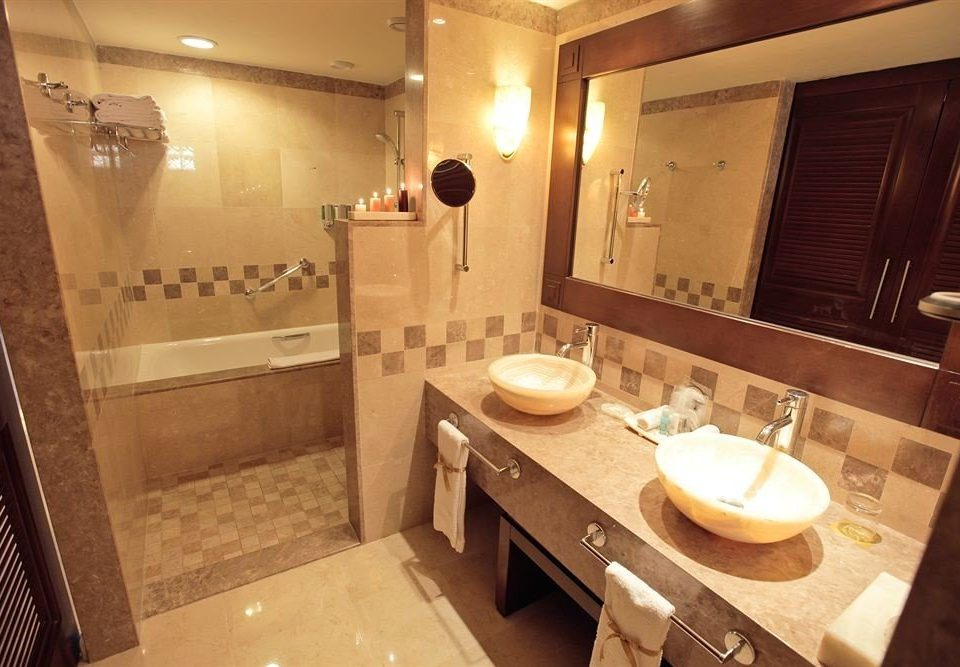 bathroom property sink toilet Suite home cottage vanity Bath tub