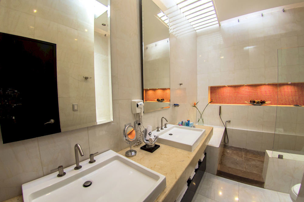 bathroom property sink toilet home Suite cottage tub Bath