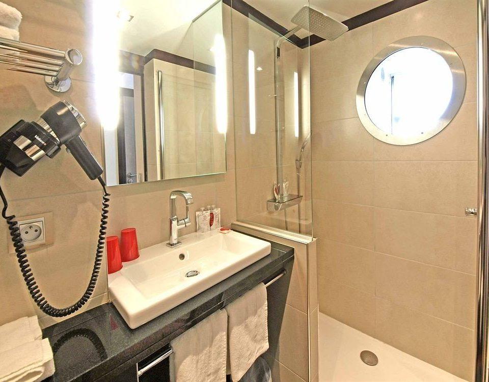 bathroom property sink shower home Suite cottage Bath tiled