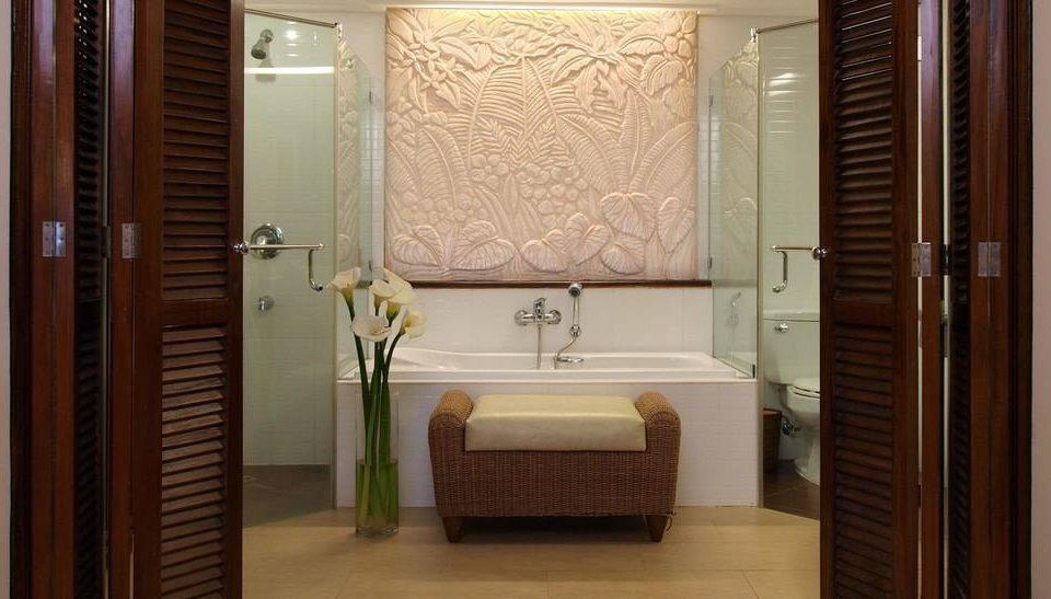 bathroom mirror property Suite toilet sink home door Bath tiled