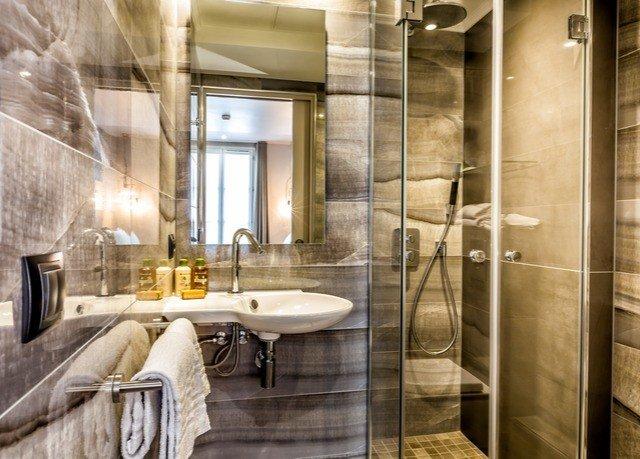 bathroom property home Suite flooring tan Bath