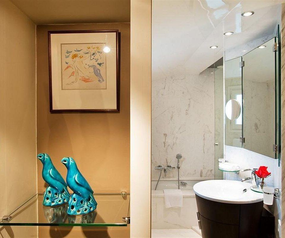 bathroom property home Suite Bath tiled