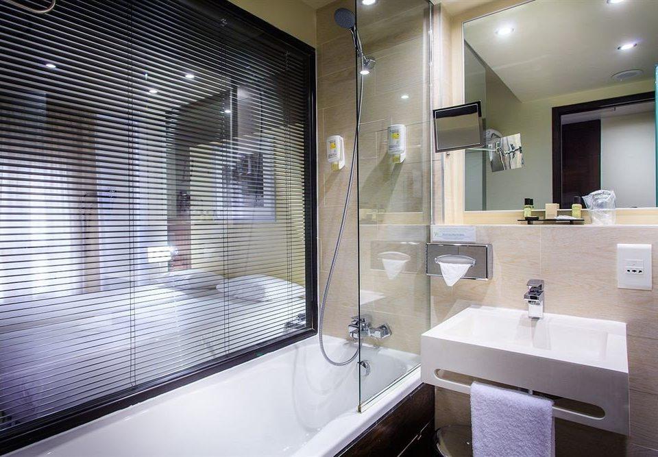 bathroom mirror sink property Suite tub tile Bath