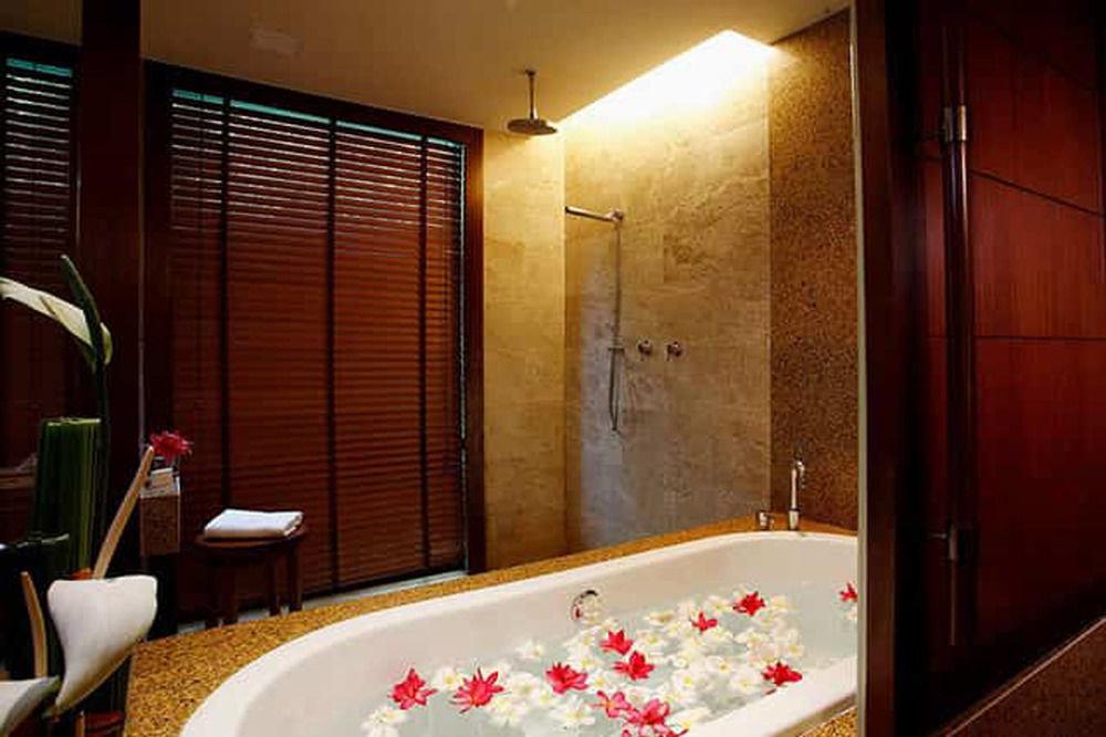 bathroom sink Suite tub Bath
