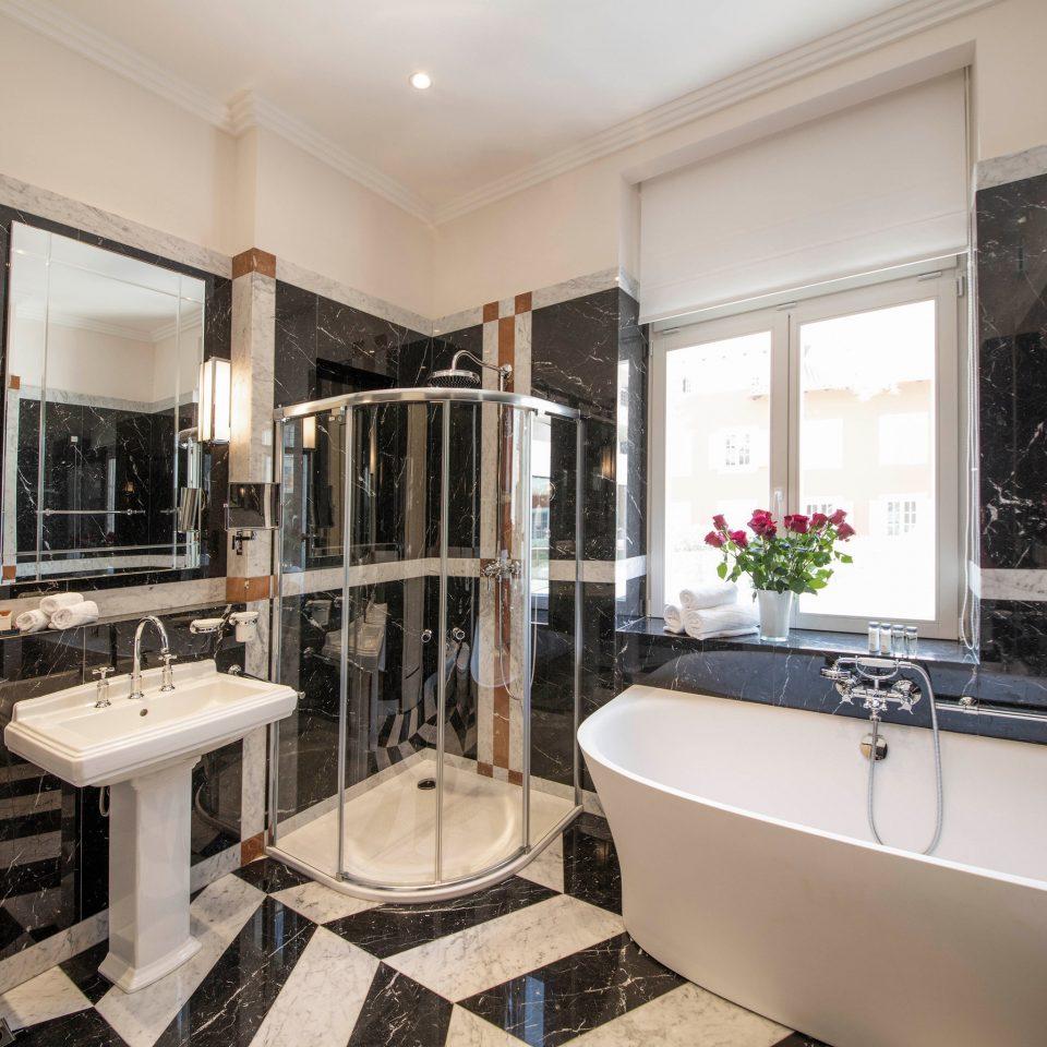 bathroom property sink home living room Suite condominium mansion cottage Villa tub toilet bathtub tiled tile Bath