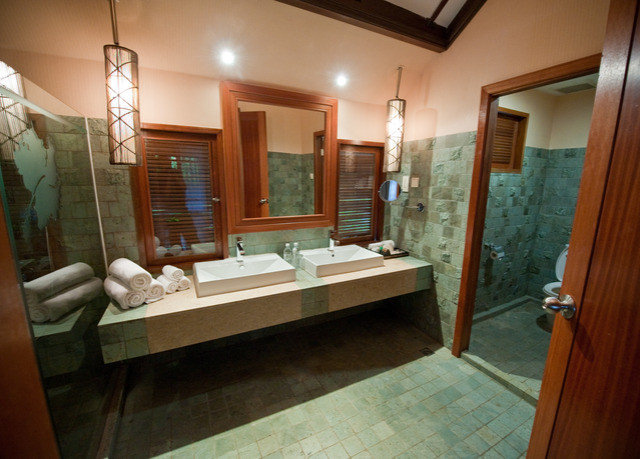 bathroom property house home Suite sink mansion Villa cottage tub tile Bath tiled stone bathtub