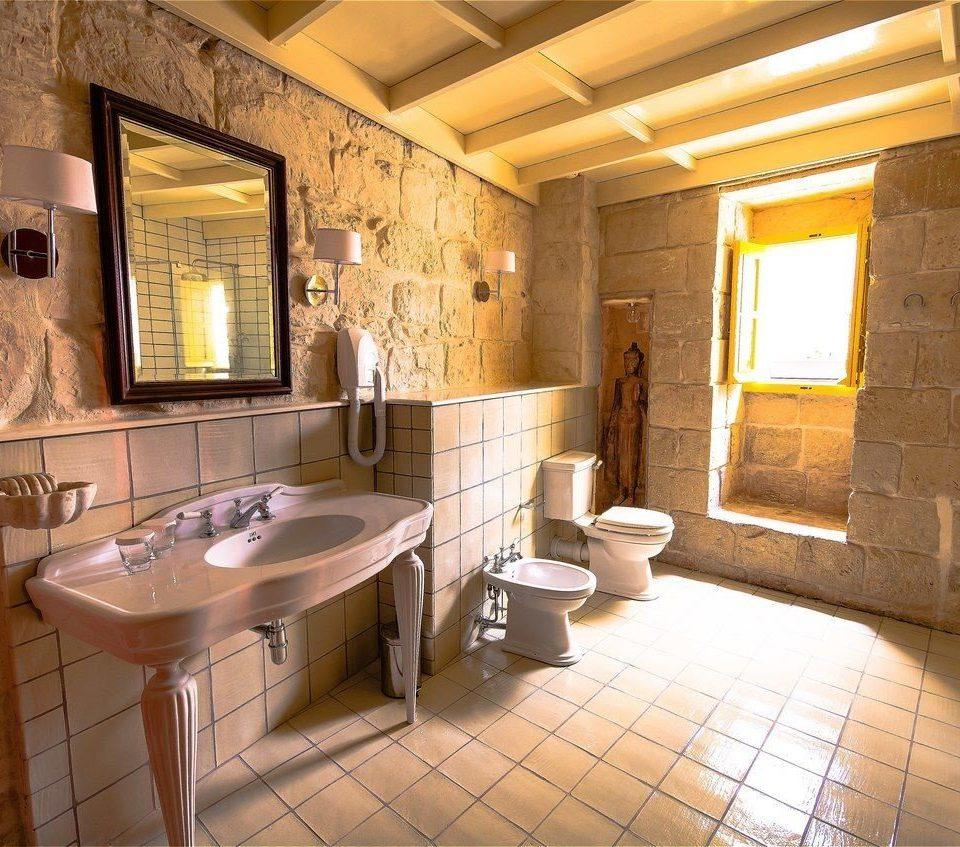 bathroom property home sink cottage Suite tiled farmhouse Villa living room mansion tile tub stone Bath