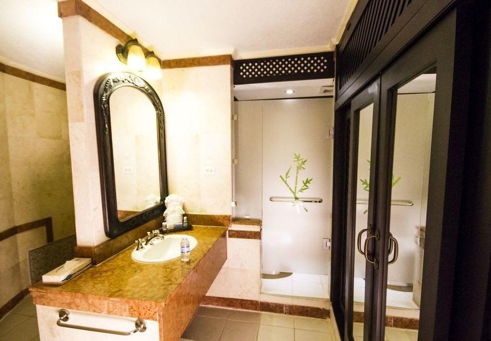 bathroom property sink house home Suite cottage Villa mansion Bath bathtub