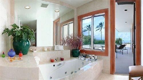 property bathroom swimming pool Suite home cottage Villa tub Bath
