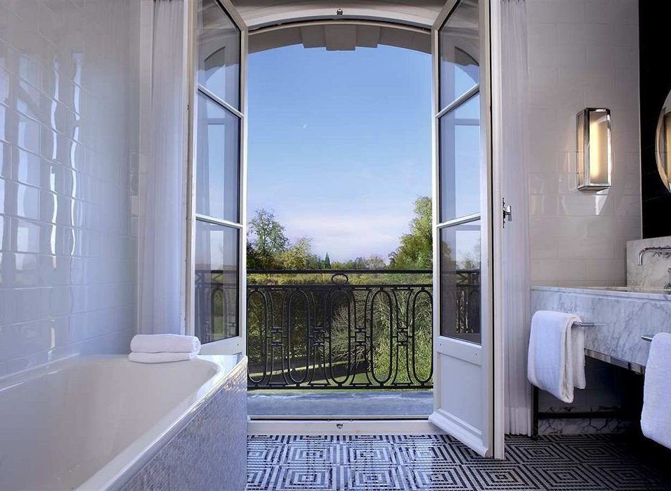bathroom property house home mansion cottage Villa tub Bath bathtub tiled
