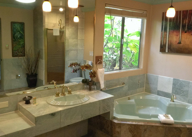 bathroom sink mirror property home double cottage mansion Villa plumbing fixture tub clean bathtub Bath water basin tile