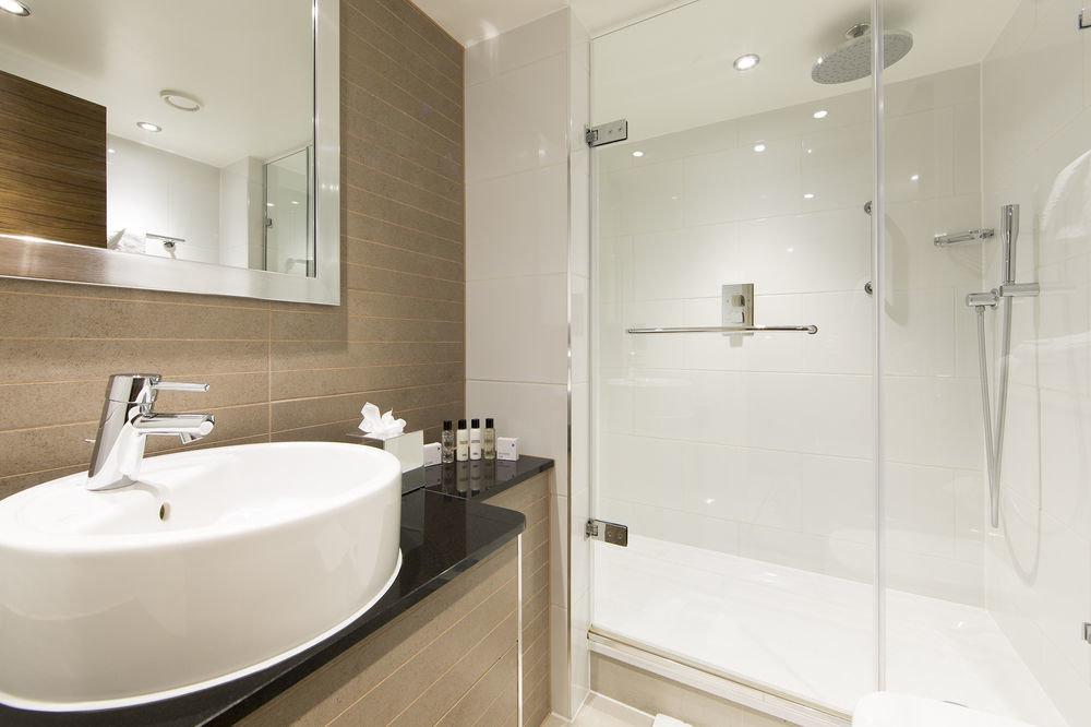 bathroom mirror sink property toilet white bathtub plumbing fixture bidet tile