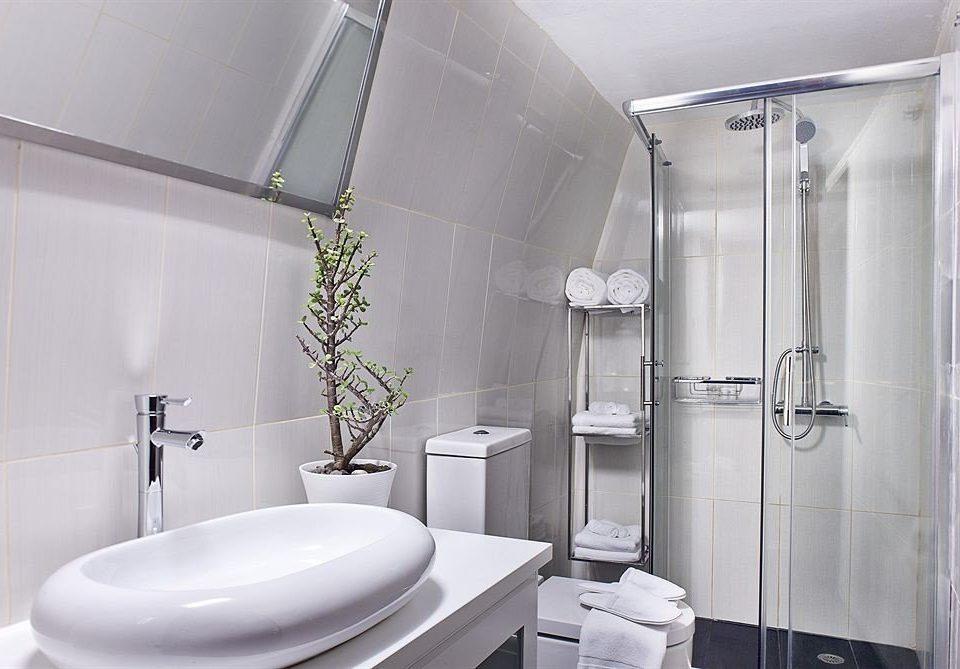 bathroom toilet plumbing fixture bidet shower bathtub tiled