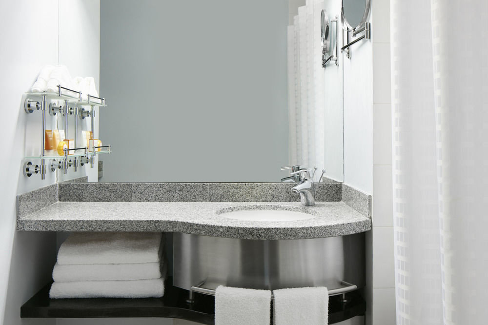 bathroom plumbing fixture bathtub sink bidet