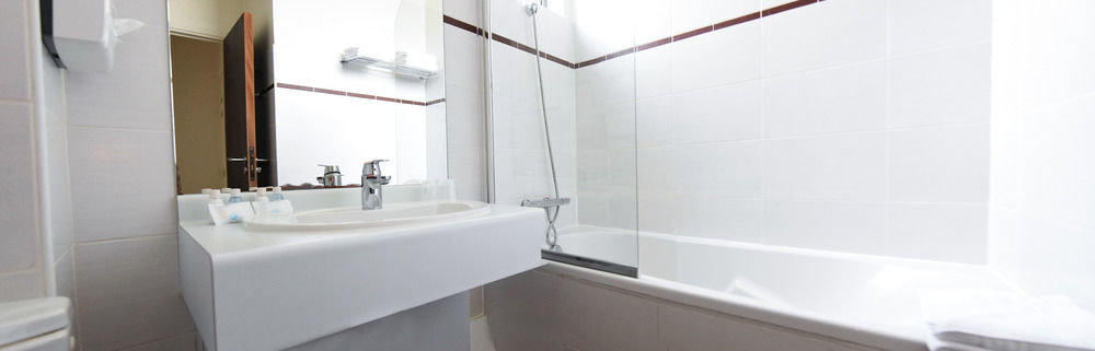 bathroom property white sink bidet toilet plumbing fixture bathtub tub tile water basin tiled