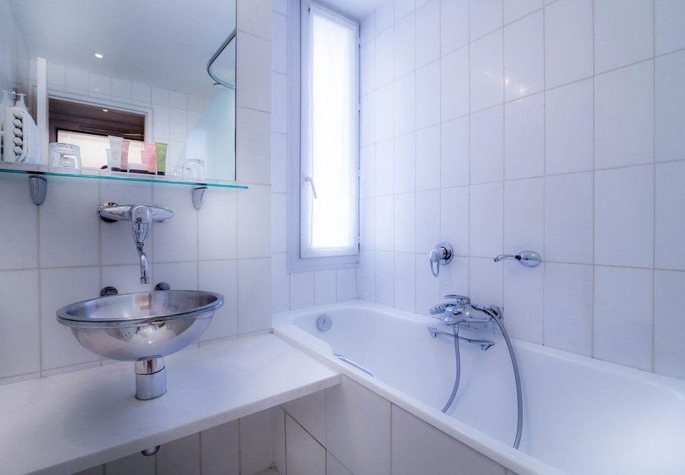 bathroom property bidet sink toilet vessel plumbing fixture bathtub tiled tub water basin