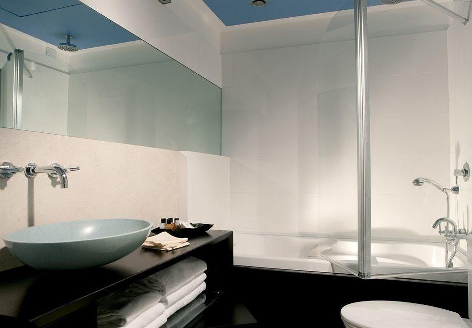 bathroom sink mirror property plumbing fixture bathtub lighting daylighting