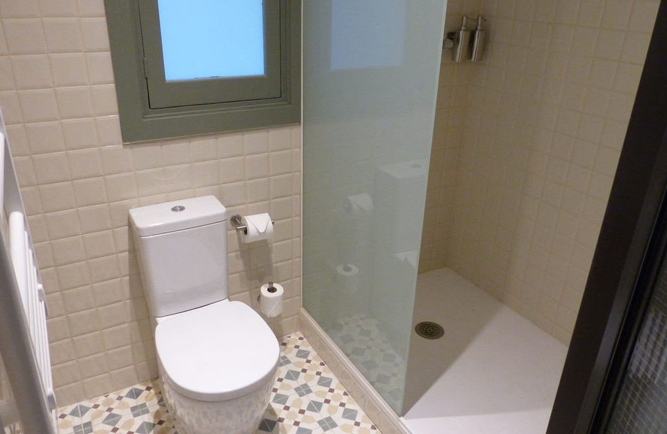 bathroom toilet property plumbing fixture bidet public toilet flooring tiled tile